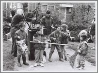 WAT001016557 Schoonmaak milieubrigade. Buurtbewoners geven kinderen het goede voorbeeld door hen mee te laten helpen ...