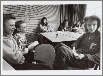 WAT001016572 Foto: Jessica Muis, Manon Schouren en Diana Vringer (v.l.n.r.) vinden hetniet zo'n probleemwanneer zij een ...