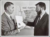 WAT001016543 Aanbieding vuile plekken. Voorzitter W. Noordam (links) overhandigt de 'vuile-plekkenkaart' aan wethouder ...