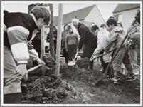 WAT001016556 Boomplantdag. Schoolkinderen helpen mee met het planten van boompjes.