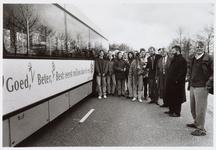 WAT001016565 Foto: Leerlingen van het Da Vinci College tonen wethouder H. Brinkman de milieubus.Onder het toeziend oog ...