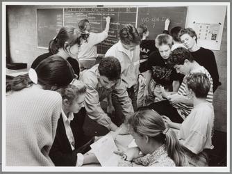 WAT001016605 Leerlingen van het Ignatiuscollege houden zich tijdens maatschappijleer bezig met de verkiezingen. Voor ...