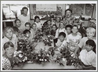 WAT001016613 Bloemschikken J.F. Kennedyschool. Leerlingen van de J.F. Kennedyschool laten hun bloemstukjes zien.
