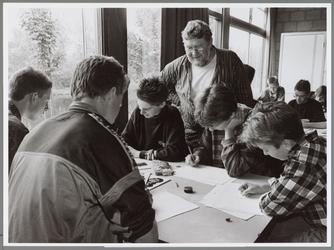 WAT001016615 Tekenaar op bezoek Ignatius. Scholieren krijgen tekenles.