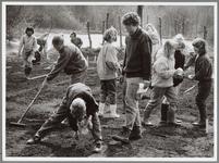 WAT001016640 kinderen aan het werk in de schooltuin.