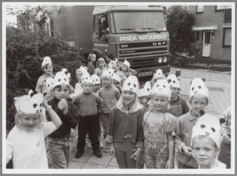 WAT001016651 De Pandakinderen Hoefijzer. Leerlingen van Het Hoefijzer komen net uit de Panda Natuurbus. Levende ...