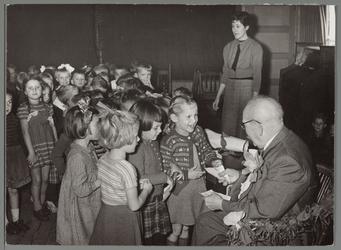 WAT001016656 Afscheid opa Wessel als secretaris van de commissie van het kleuteronderwijs. Hij was in 1925 benoemd en ...