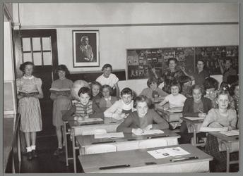 WAT001016657 R.-k. St. Catharina meisjesschool. De verjaardag van koningin Wilhelmina wordt in de klas gevierd.