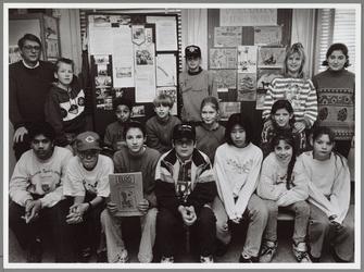 WAT001016773 Foto: De leerlingen van de openbare basisschool De Boogschutter presenteren van de deze week verschenen ...