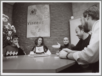 WAT001016742 Foto: Decaan R. Ferretti en schoolleider R. Kuiken van het St. Ignatiuscollege leggen havo 4-leerlingen ...