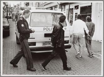 WAT001016839 Politieinval koffieshop l'Esprit. Twee arrestanten worden afgevoerd in de Peperstraat. Het zijn de ...