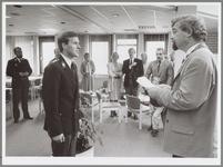 WAT001016860 Foto: Burgemeester Van Dam (rechts) neemt de nieuwe plaatsvervangend korpschef de zuiverings- en ambtseed ...