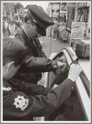 WAT001016880 Jammer, autosleutels in politieauto laten zitten.