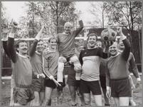 WAT001017038 Afscheid Groothuizen FC Purmerend.Foto: Henk Groothuizen te midden van de ploeg van F.C. Purmerend.Henk ...