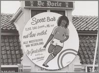 WAT001017047 Reclame poster met de beeltenis van Ruud Gullit.In café de Doel werden alle voetbalwedstrijden live op een ...
