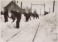 WAT001017060 Sneeuwruimen voor de tram.Winter 1940, de elektrische tram had veel moeite om door de sneeuw te ...