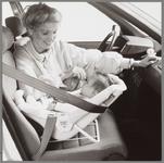 WAT001017093 De Maxi-Cosi, een autozitje voor babies van 0 tot 9 maanden.Moeder met kind.