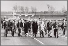 WAT001017162 Opening S10 (latere N244)Foto: Wethouder H. Brinkman en burgemeester J.A.C. van Burg liepen met de vele ...