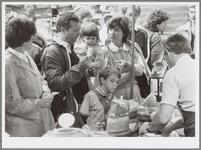 WAT001017218 Toeristen kopen nog even een kaasje op de Kaasmarkt.