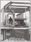 WAT001017183 Foto: Nadat er dertig jaar niets aan het brugwachtershuisje aan de Sluisbrug was gedaan, ondergaat het ...