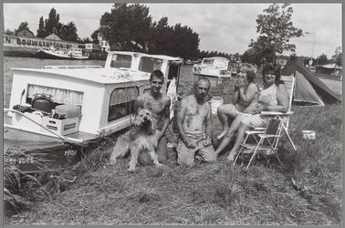 WAT001017268 Amsterdammers ontvluchten de stad.De familie Brinkman liggen met hun bootje langs de Jaagweg.Lekker ...