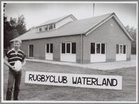 """WAT001017306 Foto: Piet van Twisk voor de trots van de club: een eigen gebouw.""""Als we van te voren alle problemen ..."""