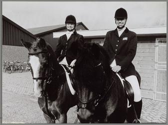 WAT001017386 Foto: Oda Timmerman (links) en Nicole van Amerongén, twee deelneemsters aan het Nederlands ...