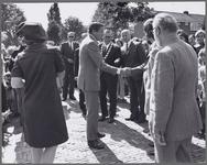 WAT001017458 Voor Taborkerk. Werkbezoek H.K.H. Prinses Beatrix en Prins Claus aan Purmerend.Foto v.l.n.r.; H.K.H. ...