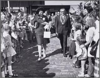 WAT001017460 Voor Taborkerk. Werkbezoek H.K.H. Prinses Beatrix en Prins Claus aan Purmerend. Prinses Beatrix met Burg. ...