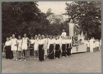 WAT001017527 Optreden van Atlethiekvereniging de Volharding tijdens de bevrijdingsfeest.