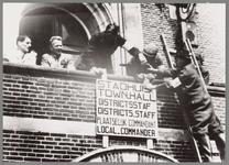 WAT001017523 Mensen van het verzet hangen een bord op aan de voorgevel van het stadhuis.Tekst: Stadhuis, Town Hall, ...