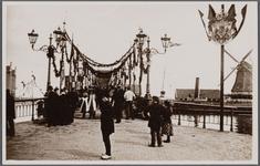 WAT002000008 Versierde Zaanbrug t.g.v. het bezoek van koningin Wilhelmina en koningin-moeder Emma. Met rechts de molen ...
