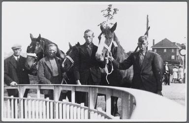 WAT002000052 In 1939 moesten paarden worden ingeleverd voor het leger. V.l.n.r. Teun Koomen, Cees Siekerman, Dirk Janzn ...