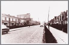 WAT002000090 De Nieuweweg, met op de achtergrond de Zaanbrug, links boven zien we een gedeelte van Lassie fabriek van ...