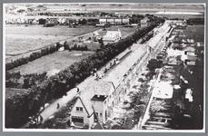 WAT002000083 De woningblokken rechts in aanbouw. Het Wormerlaantje, later Nieuweweg is aanvankelijk een smalle ...