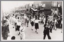 WAT002000112 Bevrijdingsfeest met optocht vanaf de Zaanbrug met links Trien Sinkeldam, de latere vrouw van kapper Theo ...