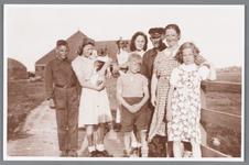 WAT002000201 Familie Zandbergen voor Poelboerderij aan het Zwet, met man met pet is Zandbergen en daarnaast zijn ...