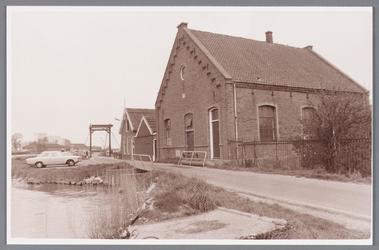 WAT002000208 Rechts: het watergemaal 'De Ceres' richting Oostknollendam en daarnaast sluishuis van de poelsluis.