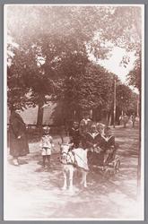 WAT002000374 Kinderen van Cor Siekerman in de geitenwagen, nabij café Landzicht aan de Zandweg nummer 34.