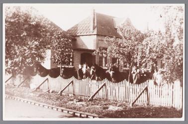 WAT002000442 Openbare lagere school. West gebouwd in 1921 werd Wormers tweede openbare school. Nu staan hier ...