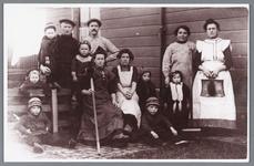 WAT002000451 Foto: een buurtfoto uit 1930. Het echtpaar Humme met drie kinderen, het echtpaar H. Ofman, mevrouw Rem met ...