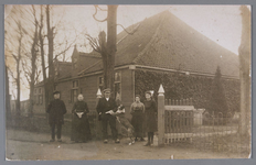 WAT002000458 Boerderij De Schans met de familie Schoenmaker.Foto v.l.n.r. Jan Schoenmaker (1849), Trijntje Koster ...