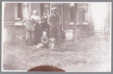 WAT002000410 Boerderij achter café Landzicht van de familie Langewis, later familie Pieter (Piet) Rep.Foto v.l.n.r. ...