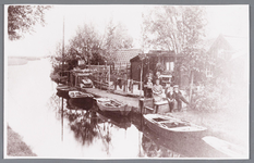 WAT002000481 Schansbrug richting ''Het Zwet'' met de familie Heijnis die daar roeibootjes verhuurde.