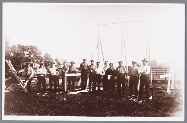 WAT002000520 Medewerkers tijdens bouw van de speeltuinvereniging Wormer .