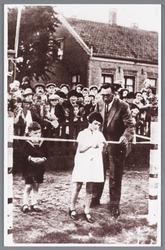 WAT002000522 De speeltuinvereniging tijdens de opening in 1928, met dochter van burgemeester Pieter Kooiman (1884) ...