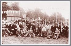 WAT002000525 De speeltuinvereniging ,,Wormer'' tijdens de opening in 1928 met burgemeester Pieter Kooiman.Foto vooraan ...