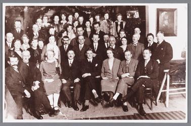 WAT002000530 Medewerkers van de speeltuinvereniging ,,Wormer'' tijdens de opening in 1928; met vooraan links, wethouder ...