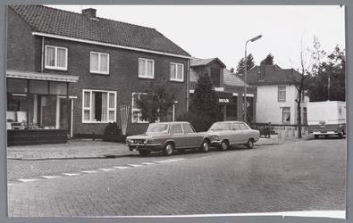 WAT002000538 Foto v.l.n.r. sanitairwinkel van Cas Meijns, Dorpsstraat 16, Dorpsstraat 14, School met de Bijbel, ...