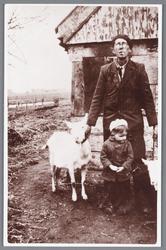 WAT002000587 Arie Hartog met zijn oomzegger Mart Hartog. Met aan zijn hand een melk geit.